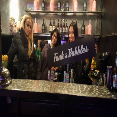 Funk & Bubbles portable bar serving up complimentary Liverpool Gin cocktails to the artists